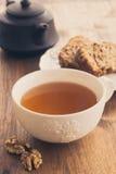 Gâteau de fruit et d'écrou et tasse de thé Photographie stock libre de droits