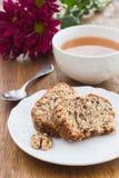 Gâteau de fruit et d'écrou et tasse de thé Photos stock