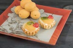 Gâteau de fruit et de thé Photos libres de droits