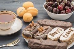 Gâteau de fruit et de thé Images stock