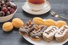 Gâteau de fruit et de thé Image stock