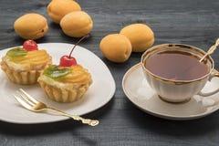 Gâteau de fruit et de thé Photographie stock