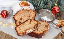 Gâteau de fruits secs avec des écrous, des raisins secs, le fruit glacé et des épices Gâteau épicé traditionnel de Noël Images libres de droits
