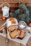Gâteau de fruits secs avec des écrous, des raisins secs, le fruit glacé et des épices Gâteau épicé traditionnel de Noël Images stock