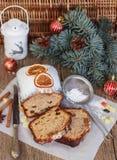 Gâteau de fruits secs avec des écrous, des raisins secs, le fruit glacé et des épices Gâteau épicé traditionnel de Noël Photographie stock libre de droits