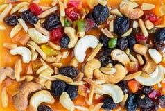 Gâteau de fruits secs complété avec des fruits et des noix de cajou de mélange Photographie stock