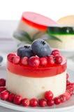 Gâteau de fruits secs dans la soucoupe en porcelaine Images stock