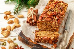 Gâteau de fruits secs fait maison de fête de vacances avec les écrous, le fruit et les épices Images libres de droits