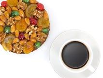 gâteau de fruits secs traditionnel avec des fruits et des écrous et une tasse de café Photos libres de droits