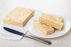 Gâteau de gaufrette avec des arachides dans le plat, sur la planche à découper de plastique Image stock