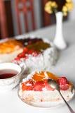 Gâteau de gelée avec du thé photos libres de droits