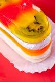 Gâteau de gelée de fruit de plaque rouge images stock