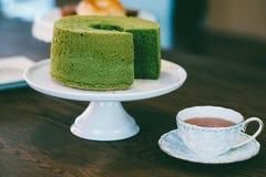 Gâteau de Greentea et thé noir Photographie stock