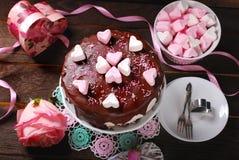 Gâteau de jour de valentines avec la décoration en forme de coeur de guimauve Images stock