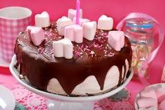 Gâteau de jour de valentines avec la décoration en forme de coeur de guimauve Image libre de droits