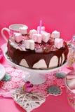 Gâteau de jour de valentines avec la décoration en forme de coeur de guimauve Photos stock