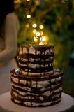 Gâteau de jour du ` s de Valentine avec le coeur et le cierge magique, effet de la lumière brouillé Photos stock