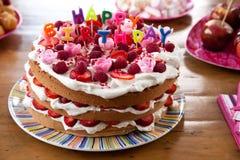 Gâteau de joyeux anniversaire Photographie stock libre de droits