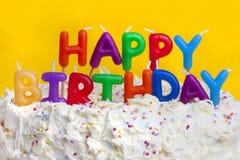 Gâteau de joyeux anniversaire avec le message Images stock