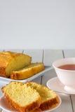 Gâteau de la Madère découpé en tranches du plat avec le thé Image stock