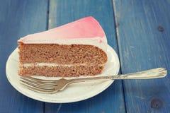 Gâteau de la plaque blanche Photographie stock