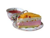 gâteau de Lait-crème avec des pêches et une cuvette de jus Image libre de droits