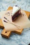 Gâteau de lavande Fond texturis? gris Beaux plats de portion Dessert Cha?ne alimentaire images stock