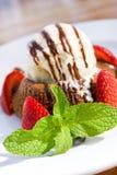 Gâteau de lave de chocolat avec des fraises, menthe et Photographie stock libre de droits