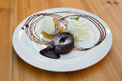 Gâteau de lave de chocolat avec la crême glacée Image stock