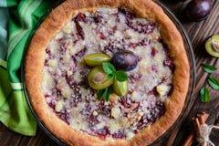 Gâteau de levure de croustillant de prune avec le croustillant Images stock