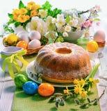 Gâteau de levure de Pâques avec le glaçage sur la table de vacances photos stock