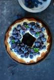 Gâteau de livre avec des fruits de forêt photographie stock
