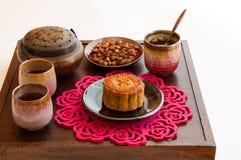 Gâteau de lune chinois avec du thé rose. Image libre de droits