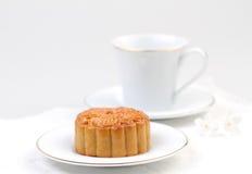 Gâteau de lune servi avec du thé Photographie stock libre de droits