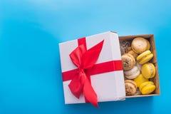 gâteau de macaron dans un boîte-cadeau Photo libre de droits