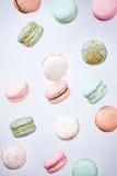 Gâteau de Macarons, configuration d'appartement de vue supérieure, fond en baisse de macaron de mouche Photographie stock