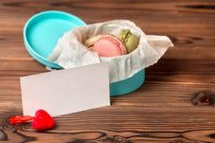 Gâteau de Macarons dans le boîte-cadeau, le coeur rouge et le blanc vide, St Valent Photographie stock