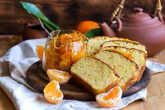 Gâteau de mandarine avec le thé image stock