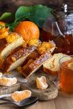Gâteau de mandarine avec le thé photographie stock libre de droits