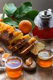 Gâteau de mandarine avec le thé images libres de droits