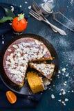 Gâteau de mandarine et d'amande sur le fond bleu-foncé, photos libres de droits