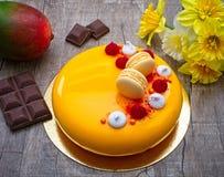 Gâteau de mangue avec la mousse de chocolat, de mangue et de passiflore comestible de passiflore, avec la couche croquante d'aman image libre de droits