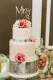 Gâteau de mariage étonnant décoré des fleurs Photographie stock libre de droits