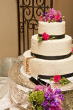 Gâteau de mariage après première part Images stock