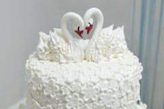 Gâteau de mariage avec des cygnes Images stock
