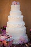 Gâteau de mariage avec des fleurs Images stock