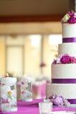 Gâteau de mariage avec des fleurs Photographie stock