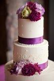 Gâteau de mariage avec des fleurs Image stock