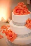 Gâteau de mariage avec des fleurs Photo stock