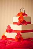 Gâteau de mariage avec des fleurs Photographie stock libre de droits